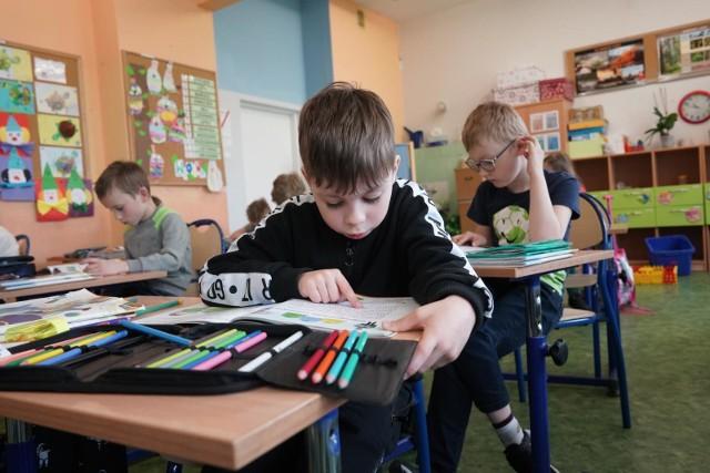 Dzieci z klas I-III wróciły do szkół na początku maja. Teraz naukę w systemie hybrydowym zaczynają uczniowie klas IV-VIII.