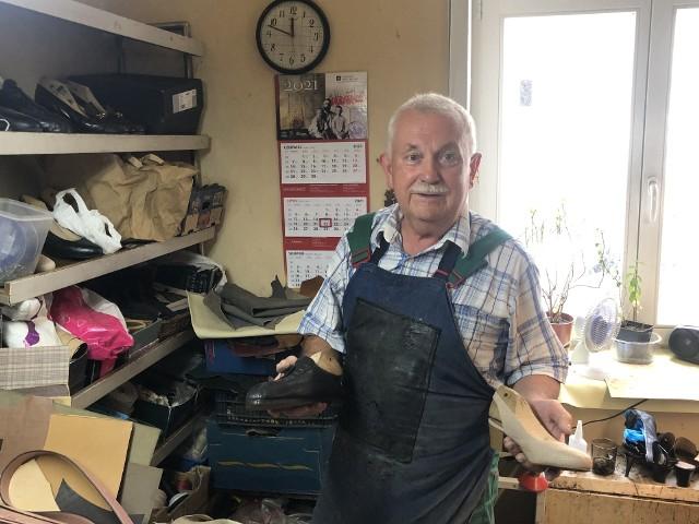 Pan Bernard Jakubowski od 59 lat naprawia buty poznaniakom i nie zamierza kończyć z wykonywaniem tego zawodu.