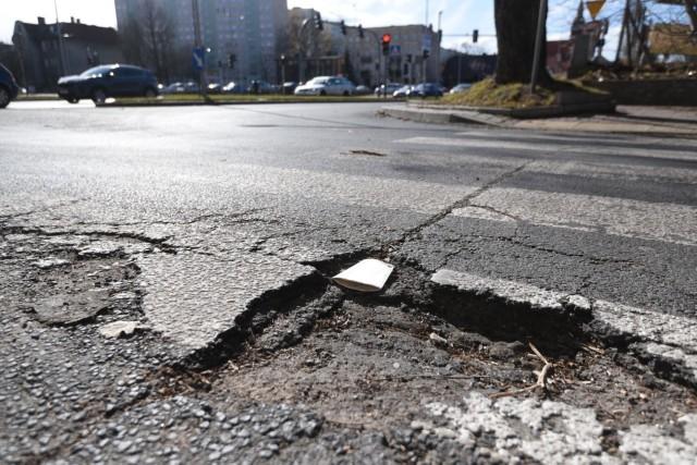 Miejski Zarząd Dróg w Toruniu kontynuuje pozimowe łatanie dziur na jezdniach