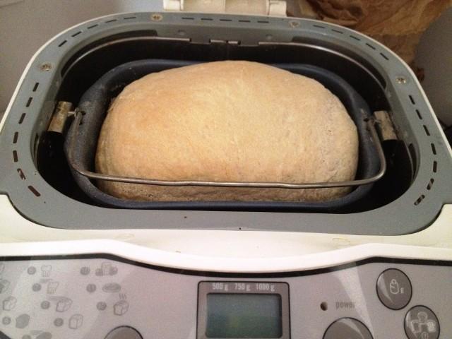 Domowy chlebStatystyczny Polak zjada coraz mniej chleba. Dlaczego? Być może przyczynia się do tego pogląd, że pieczywo tuczy. Warto wiedzieć, że zdaniem dietetyków chleb nie tuczy, gdy jemy go z umiarem. Dlatego nie warto wykreślać chleb z jadłospisu. Odpowiednio dobrane pieczyow może poprawić nasze zdrowie, a nawet sylwetkę. Chleb wypiekany bez dużej ilości tłuszczu nie ma wielu kalorii. Na przykład średnia kromka chleba razowego ma tylko ok. 70 kcal.