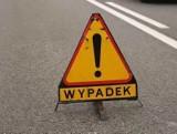 Wypadek na autostradzie A2. Samochód osobowy najechał na tył lawety. Dwie osoby przewieziono do szpitala