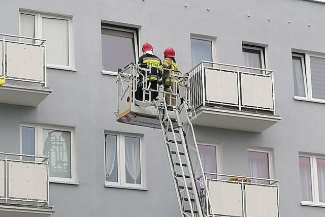 W czwartek rano straż pożarna w Koszalinie dostała zgłoszenie o zasłabnięciu kobiety w jednym z mieszkań przy ul. Jana Pawła II.