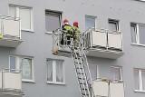 Akcja straży pożarnej w bloku przy ulicy Jana Pawła II w Koszalinie. Co się stało? [ZDJĘCIA]