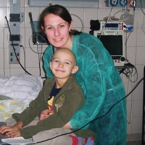 Chory na białaczkę Ramires czeka na przeszczep. Na zdjęciu z mamą Agnieszką Lis.