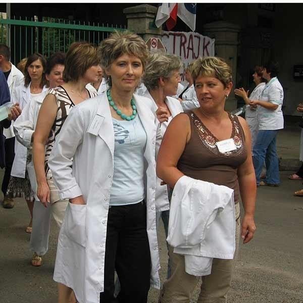 Dzisiaj w pikiecie uczestniczyli przedstawiciele wszystkich grup zawodowych jarosławskiego szpitala psychiatrycznego. Pielęgniarki Ewa Dołhań (z prawej) i Jadwiga Sierpińska ponadto od kilku dni prowadzą wraz z innymi pracownikami strajk głodowy.
