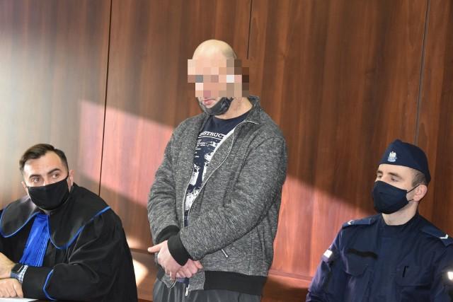 Prokuratura zarzuciła Jarosławowi G. z Opola, że znęcał się nad zwierzęciem ze szczególnym okrucieństwem. Sprawa nie wyszłaby na jaw, gdyby nie interwencja 22-letniej opolanki, która zauważyła mężczyznę bijącego psa, ustaliła jego tożsamość i zawiadomiła policję. Jej determinacja najprawdopodobniej uratowała kilkunastoletniego amstaffa, który od wielu miesięcy przechodził gehennę. Historia staruszka poruszyła m.in. małżeństwo z Krakowa. To u nich pies znalazł kochający dom.