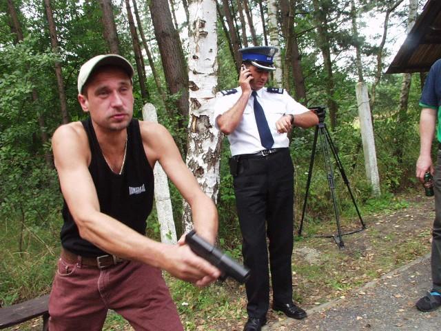 Dziennikarzy postanowił wspomóc Paweł Kukiz. Strzelał do tarczy z osobistego pistoletu komendanta wojewódzkiego policji w Opolu.