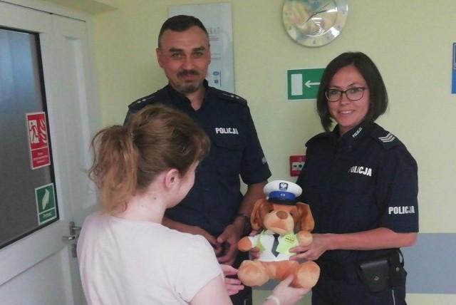 Asp. Zbigniew Helon i sierż. szt. Agnieszka Drozd odwiedzili w szpitalu mamę Julka i podarowali jej policyjnego misia.