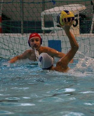 Marcin Kulis (numer 8) zdobywa jedną ze swych trzech bramek w niedzielnym meczu juniorów młodszych z Marlinem Gryfino