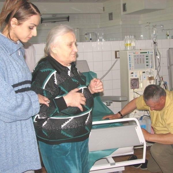 Chwile grozy przeżywali wczoraj pacjenci stacji dializ suwalskiego szpitala. W każdym momencie zabiegi mogły być przerwane, bo na oddziale pozostał... jeden lekarz.