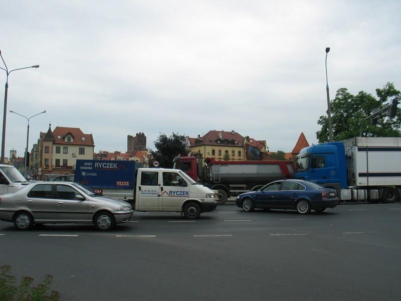 Na skrzyżowaniu al. Wolności i ul. Kamienna Droga ruchem powinna kierować policja. Blokują je tiry i dochodzi do niebezpiecznych sytuacji