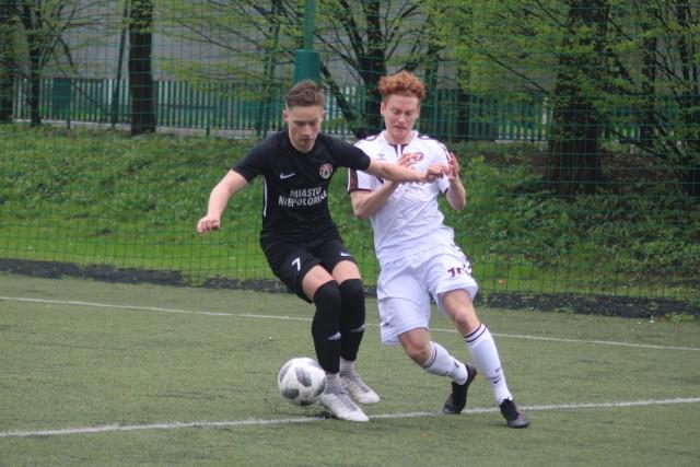 18-letni Jakub Belski (w ciemnym stroju) to jeden z piłkarzy rezerw Puszczy, którzy ostatnio pojawili się na pierwszoligowych boiskach