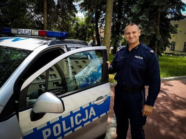 Sierżant sztabowy Adam Malecki służy w Komisariacie Policji w Łapach.