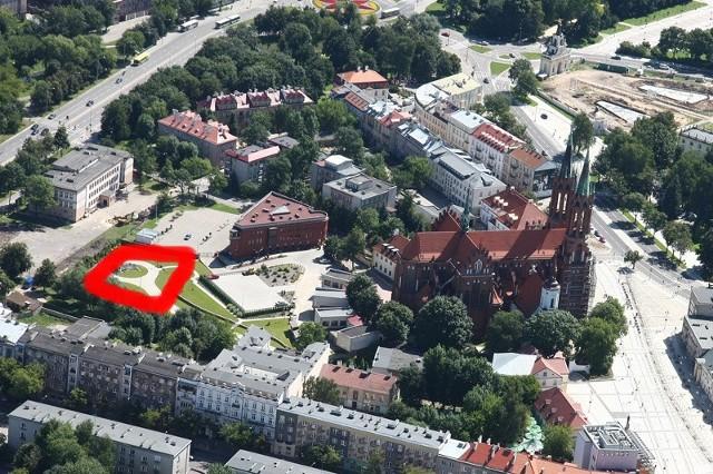 Czerwoną linią zaznaczyliśmy miejsce, w którym stanie centrum konferencyjne.