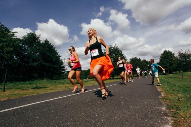 W bydgoskim Myślęcinku w sobotę odbył się The High Heels RUN Bydgoszcz. Uczestnicy rywalizowali w szpilkach na dystansie 300 metrów. Wpisowe na bieg było płatne, a cały dochód z imprezy zostanie przeznaczony na stworzenie pierwszej w Polsce psychoonkologicznej grupy wsparcia. W biegu mógł wziąć udział każdy, kto ukończył 18 lat. Pospieszny do kultury - odcinek 12.