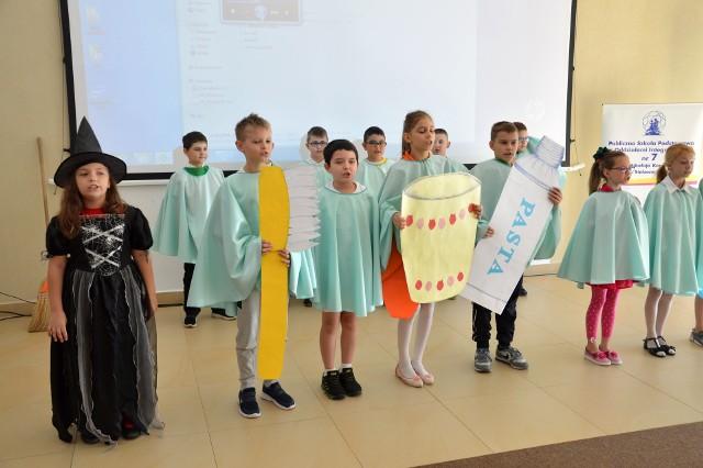 """Uczniowie """"siódemki"""" pokazali scenki zachęcające do mycia zębów i dbania o odpowiednie odżywianie"""