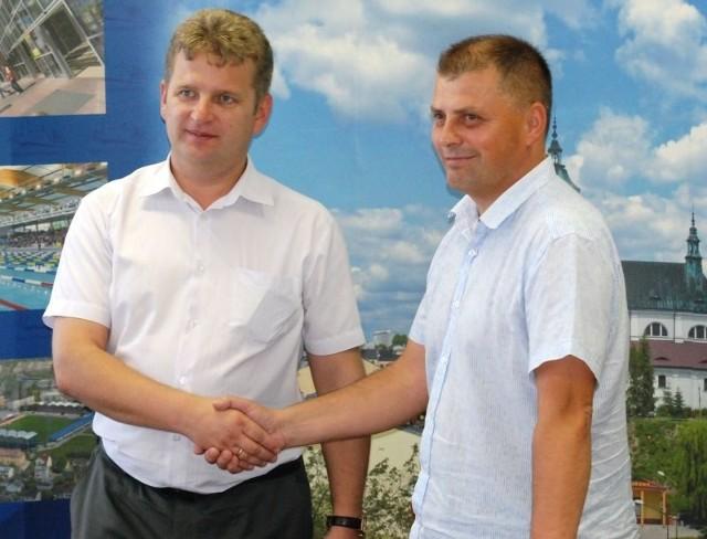 Dariusz  Łata (z prawej) i prezydent Ostrowca Jarosław Wilczyński chwilę po ogłoszeniu informacji o powołaniu klubu KSZO 1929 Ostrowiec.