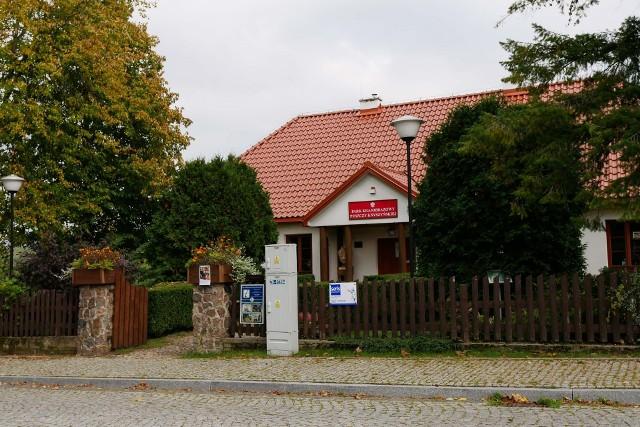 W białym dworku znajduje się siedziba Parku Krajobrazowego Puszczy Knyszyńskiej