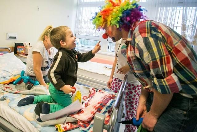 Z wizyty wolontariuszy Dr Clowna bardzo ucieszył się Jordan (na zdj.), mały pacjent szpitala.