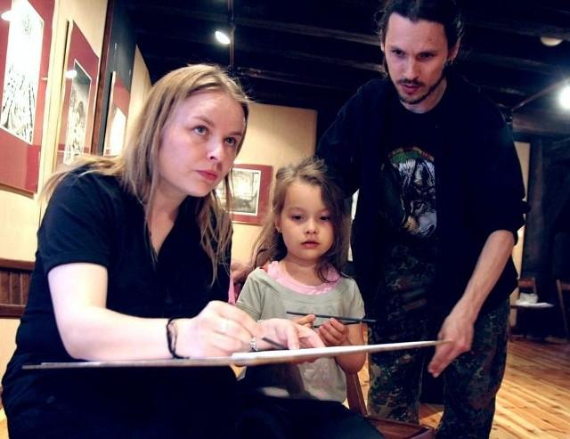 W warsztatach rysunku wzięli udział Aneta i Sławomir Szamelowie z córką Amelią.