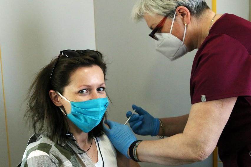 Odporność po szczepieniu przeciw COVID-19 wytwarza się...