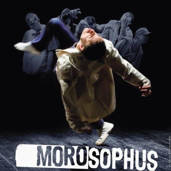 Morosophus - niecodzienny moralitet opowiadający o odwiecznym konflikcie wybitnej jednostki i społeczeństwa.