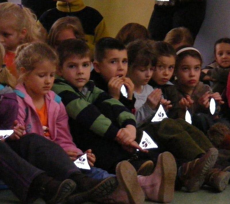 Uczniowie Szkoły Podstawowej nr 2 z odblaskami.
