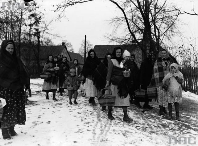 Na zdjęciu: Grupa kobiet z dziećmi ze święconkami w drodze...