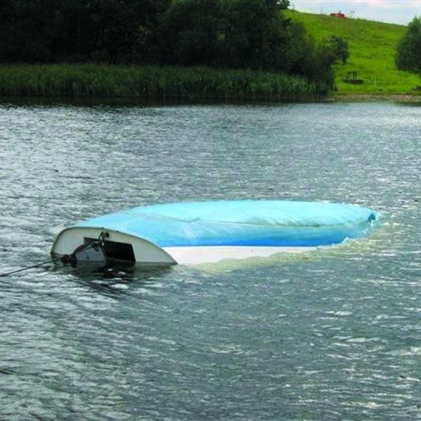 Żaglówka wywróciła się na skutek silnego powiewu wiatru. Na szczęście nikomu z załogi nic się nie stało.