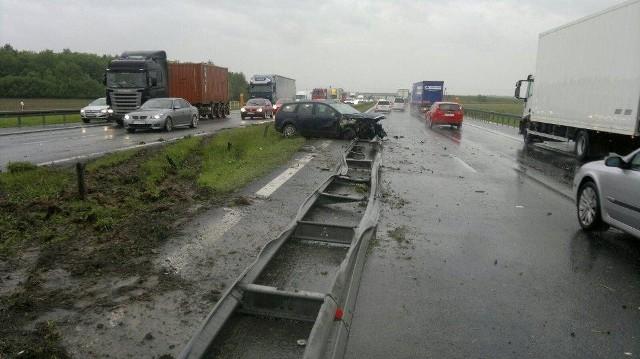 Ciężarówka zderzyła się z samochodem osobowym.