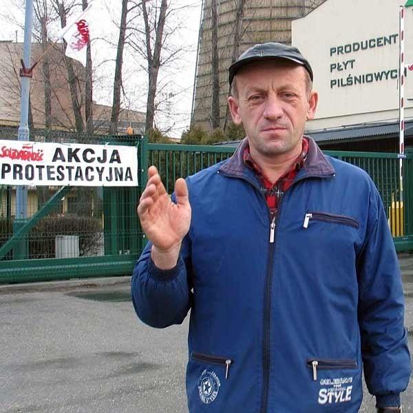 - Załoga musi dostać podwyżkę - mówi Janusz Galiczyński, członek Solidarności z przemyskiego Fibrisa.