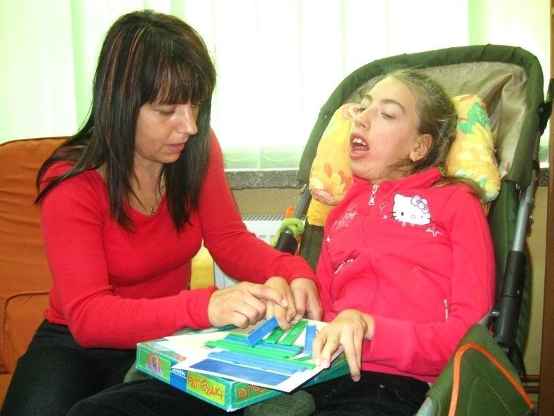 - Indywidualne nauczanie bardzo pomaga mojej córce Karolinie rozwijać się - mówi Anna Bielak.