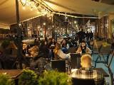 Tłum w ogródkach! O północy pierwsze lokale w Łodzi przyjęły gości!
