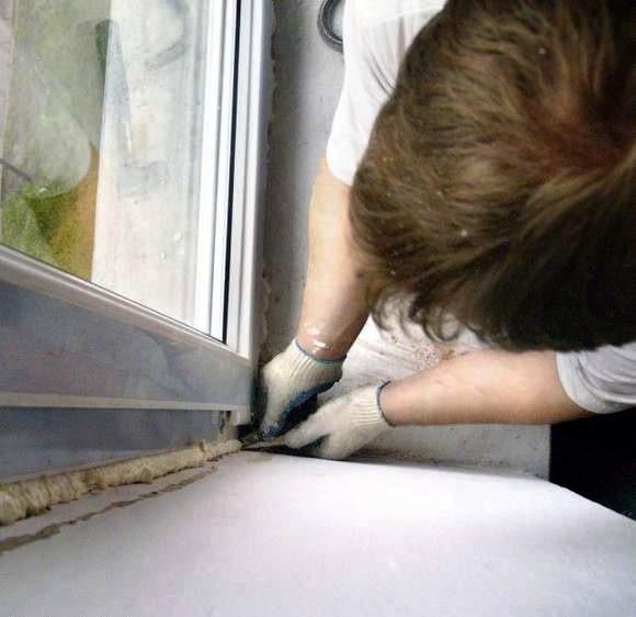 Czas montażu okien zależy od ich ilości oraz od dodatków, jakie będą instalowane wraz z nimi – rolet, klamek, parapetów itp. Przykładowo demontaż starych i montaż nowych okien w mieszkaniu trzypokojowym potrwać może około 5–6 godzin.