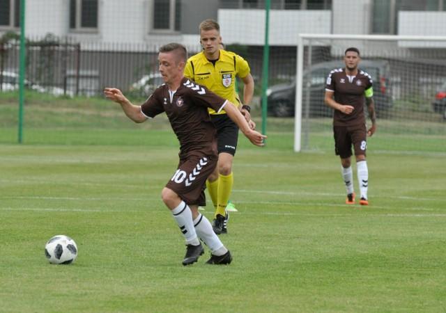 Kamil Kuczak (z piłką) strzelił wyrównującą bramkę dla Garbarni