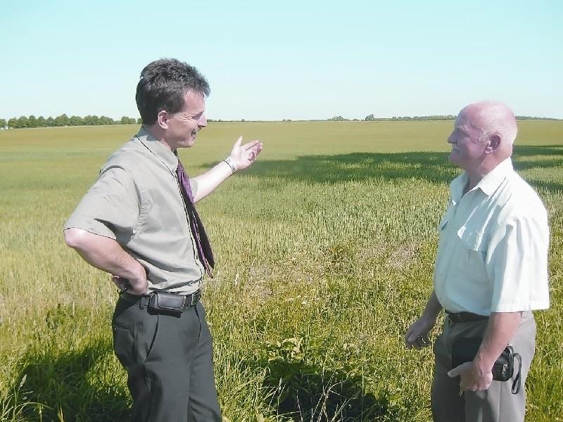 - Zakład, który tu powstanie będzie bezpieczny dla środowiska - wójt Wiesław Polit (z lewej) zapewnia sołtysa Kadłubii Józefa Zalewskiego (fot. Janczo Todorow)