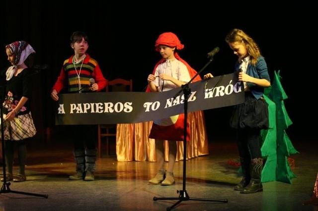 Czerwony Kapturek inaczej, czyli bajka o babci – palaczce w wykonaniu uczniów ze Szkoly Podstawowej w Kłucku, koło Smykowa.