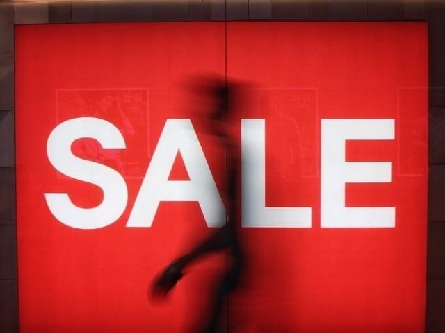 Produkty w atrakcyjnych cenach będzie można znaleźć m.in. w popularnych sieciówkach, takich jak m.in. Reserved, H&M, Zalando, czy Orsay.  W naszym zestawieniu znajdziecie również wyprzedaże w sklepach online.