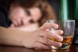 Lębork. Pijana matka opiekowała się dwójką dzieci. Kobieta miała we krwi 1,5 promila alkoholu