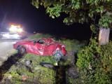 Wypadek w Szadku. Po tym jak samochód dachował na drodze koło Zduńskiej Woli cztery osoby zostały ranne