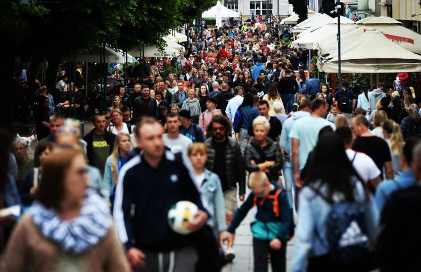 Sopot: Tłumy na Monciaku. Turyści i mieszkańcy korzystają z długiego weekendu. Zobacz zdjęcia