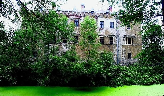 Ratowanie pałacu w Karpnikach zacznie się od odbudowy dachu. Przedostająca się przez dziury woda powodowała największe zniszczenia