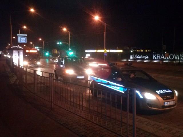 Interwencja policji przy ul. Krakowskiej. Radiowóz i zatrzymany samochód blokują zatoczkę autobusową