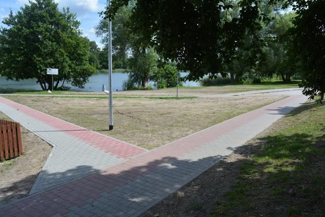 W ramach inwestycji w okolicach jeziora Górnego, które wykonano jeszcze przed wakacjami, zbudowano chodnik łączący plażę z mostem.