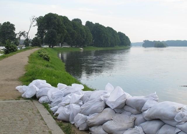 Na wałach w okolicach Nowej Soli ruchu nie ma. Woda Odry nie powinna przelać się przez ich koronę.