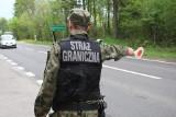 Przemytnicy ludzi zachęcają do przekraczania granicy w gminie Michałowo