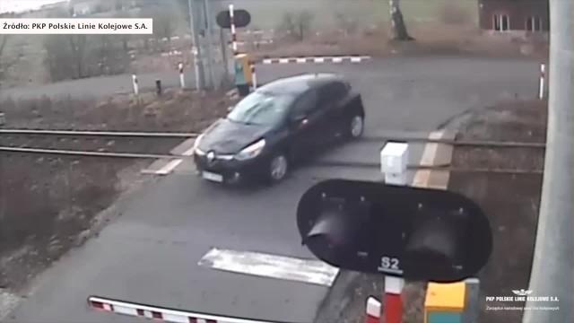 Pociąg zmiótł samochód z przejazdu! Wstrząsający film