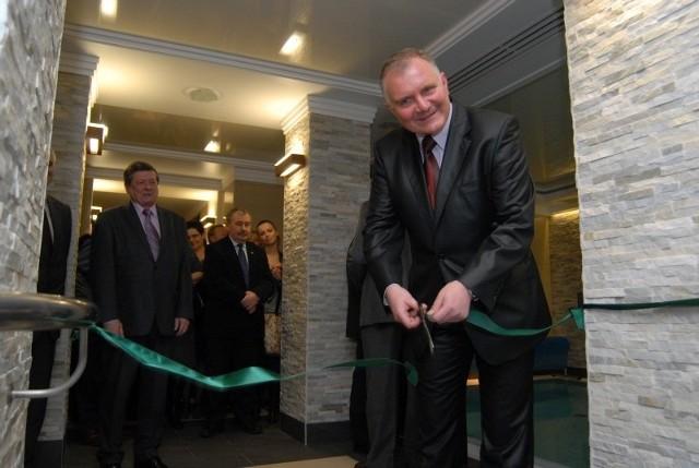 Jerzy Wiącek, prezes Zapel-Service przecina wstęgę podczas otwarcia SPA w hotelu Odeon.