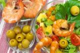 Sałatka z krewetkami i sosem czosnkowo-ziołowym [PRZEPIS]