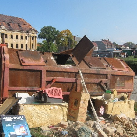 Wielkie kontenery są w praktyce niczyje, bo wszyscy rzucają do nich śmieci.